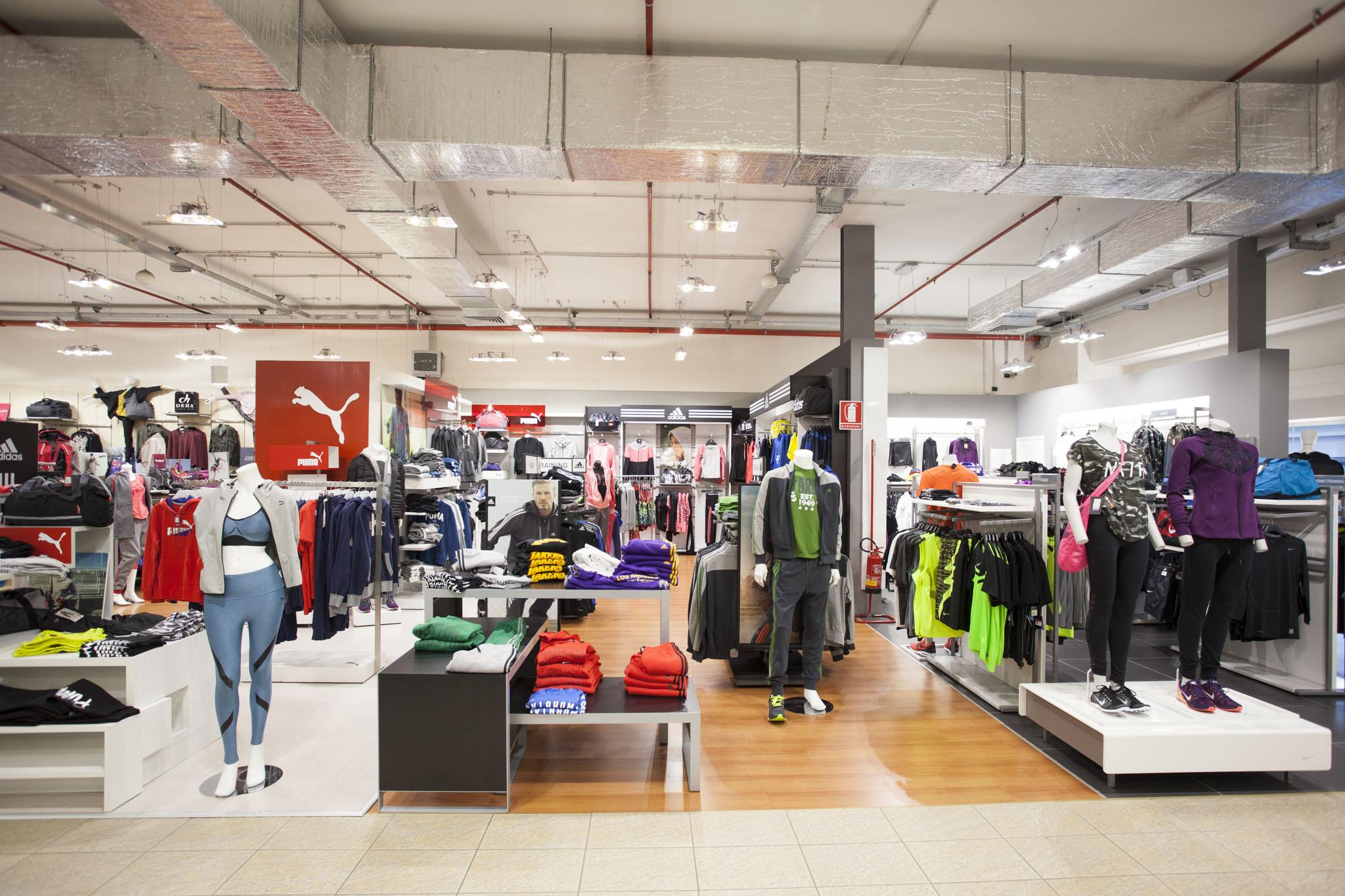57b532b9d ... Toce è il più grande della rete Sportway e offre alla sua clientela  un'ampia scelta dei migliori marchi dell'articolo sportivo e dello  Sportwear.